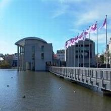 El ayuntamiento, en mitad del lago