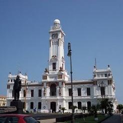 Faro de Venustiano Carranza, con el edifcio de Pemex a la izquierda