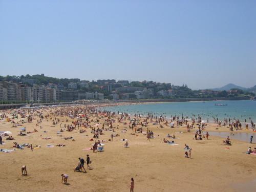 Personas en la playa de la Concha