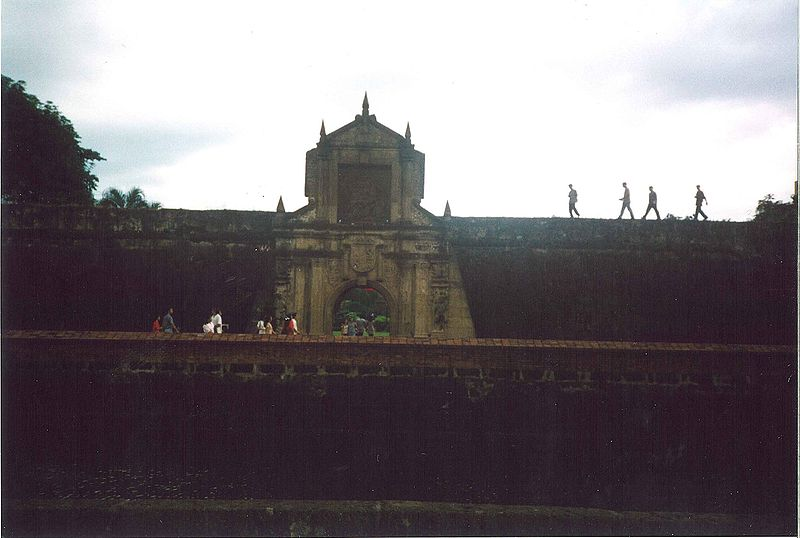 800px-Entrance_to_Fort_Santiago_12-1998