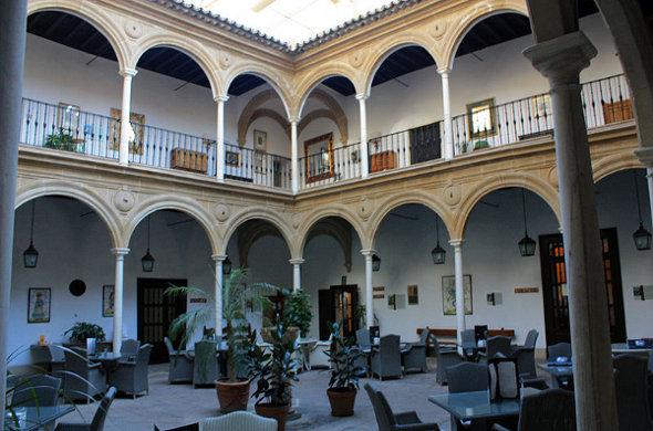 800px-Úbeda-Palacio_del_Déan_Ortega-Patio-20110919