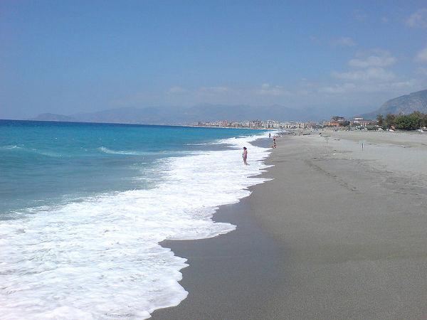 800px-Alanya-beach1-farbfilm