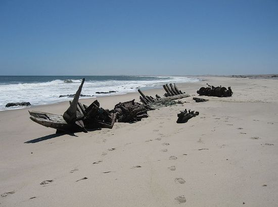 800px-Shipwreck-skeleton-coast