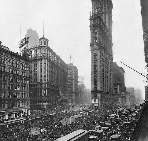 Crowd_gathers_for_updates_to_1919_World_Series