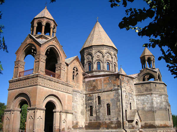 800px-Etchmiadzin_cathedral