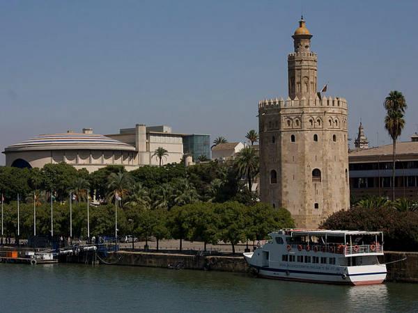 800px-Sevilla-Torre_del_Oro_y_el_Teatro_de_la_Maestranza
