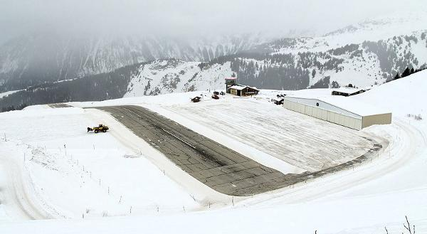 800px-Courchevel_aeroport