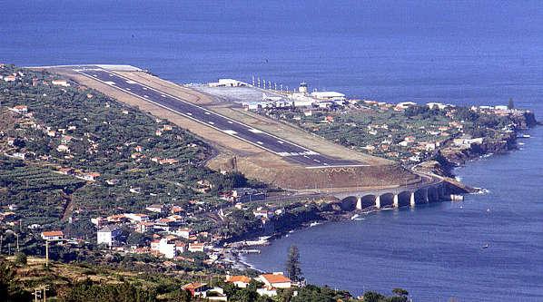 800px-Madeira_Funchal_landing_strip_1990