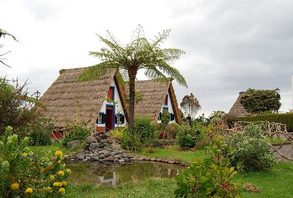 800px-Traditional_thatched_houses_(palheiros),_Santana,_Madeira,_Portugal
