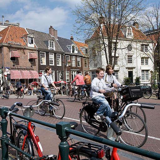 Bicicletas en el canal, Ámsterdam, Países Bajos. Foto: Jorge Royan (Wikimedia Commons)