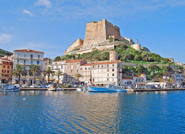 Puerto de Bonifacio y fortaleza