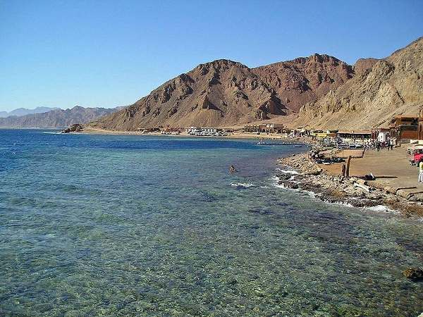 Agujero azul de Dahab, frente al desierto