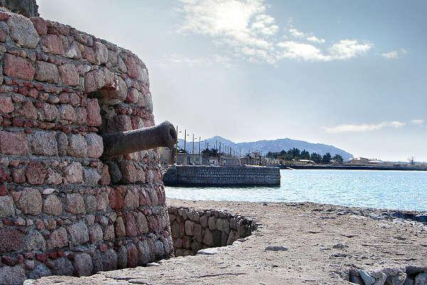 La torre de artilleria del fuerte de Ormuz, Irán