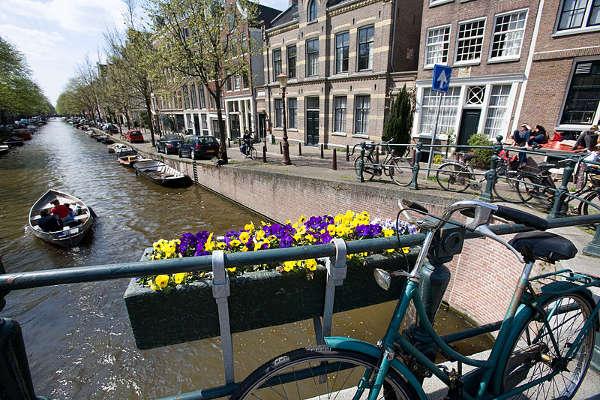 Gracht, canales de Ámsterdam, bicis y barcos