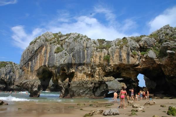 Playa de Cuevas del Mar, en Asturias