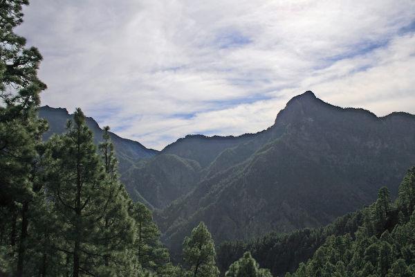 Vistas en la caldera de Taburiente haciendo senderismo, La Palma, Destinia