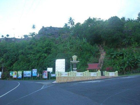 Subí los escalones para ver el Fuerte Español de Tidore, isla de Tidore, Indonesia