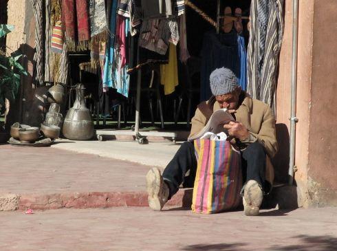 Leyendo en el zoco de Ouarzazate, Marruecos