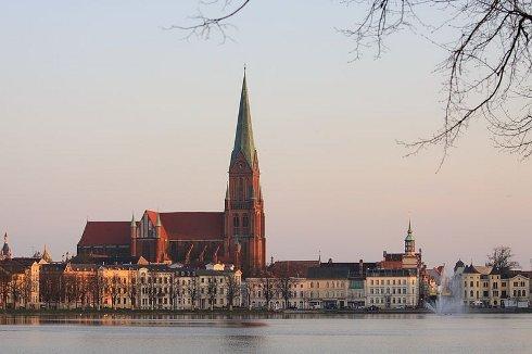 Vista de Schwerin a través del lago Pfaffenteich, Alemania